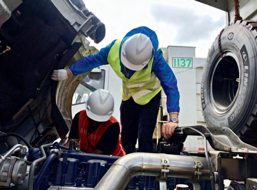 Nhân viên kỹ thuật tiến hành kiểm tra toàn diện kỹ thuật xe tải ben IVECO-HONGYAN