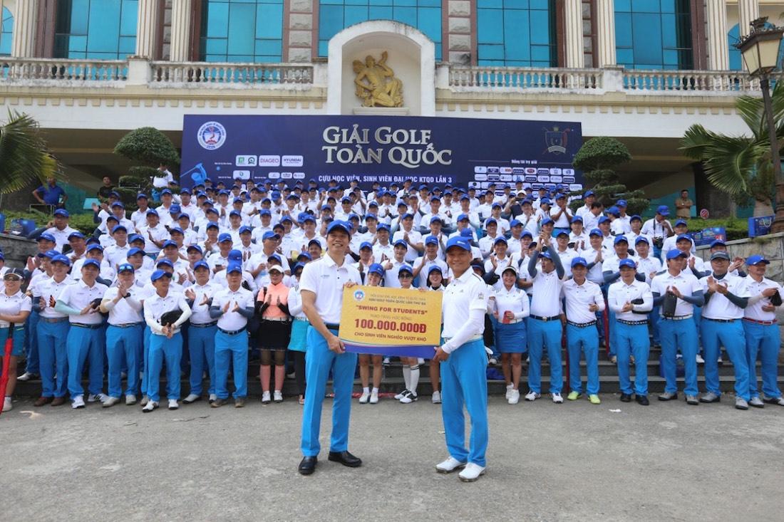 Kết thúc giải đấu Ông Phan Minh Chính – Chủ tịch NEU Golf Club trao 100 triệu đồng cho lãnh đạo nhà trường