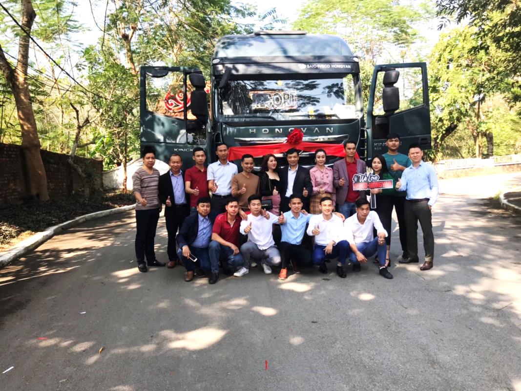 Đại diện Trường Thịnh Group cùng Ban lãnh đạo Hội Xe tải Tây Bắc chụp ảnh kỷ niệm