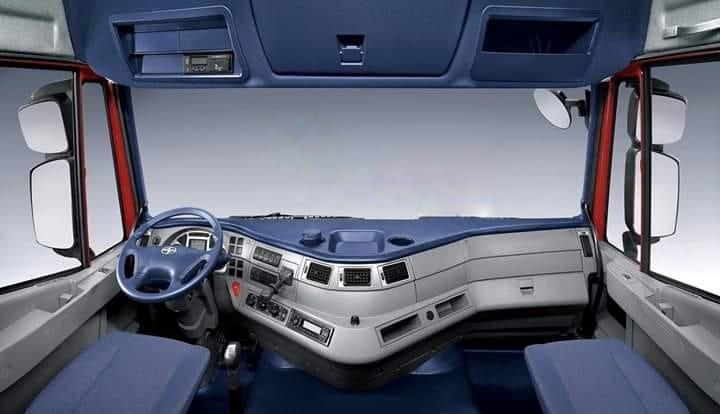 Cabin xe tải ben 4 chân IVECO-Hongyan được phủ màu xám trang nhã, hiện đại theo phong cách Châu Âu